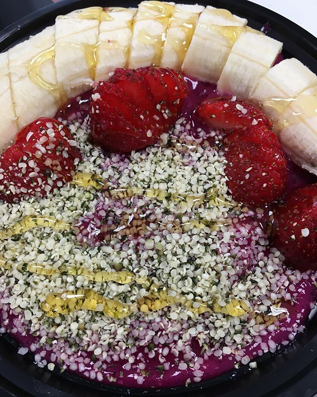 Dragonfruit Bowl Goodness. It's everyone's favourite! 🤤🤤🤤 If you haven't given this a try, you don't wanna miss out 🙌 #acai #smoothiebowl #fruits #dragonfruit #pitayabowl #insauga #blogto #healthyoptions #healthyfood #foodie