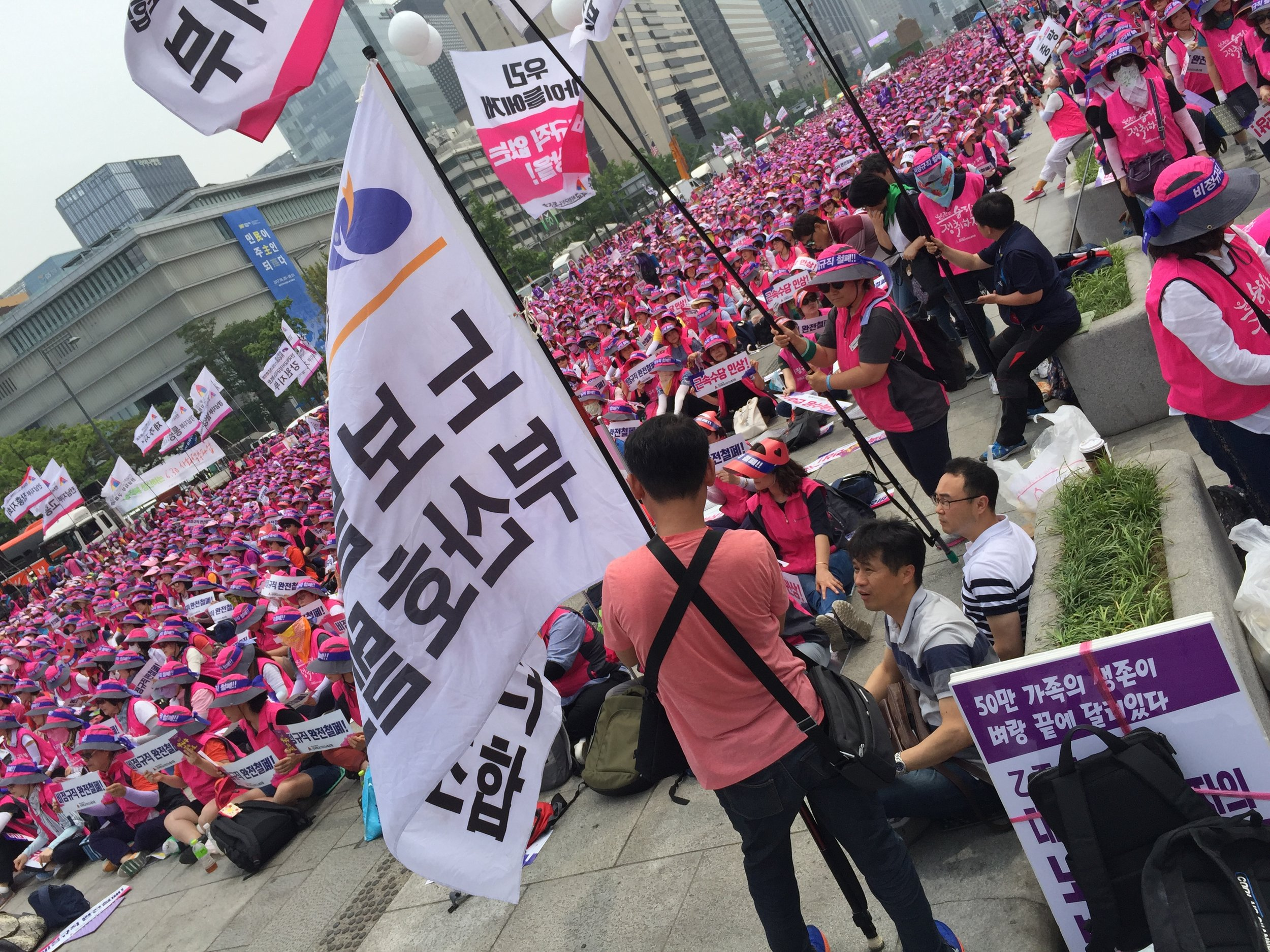 Some big event going on in front of 光化门 Kangwha Mun in Seoul. Wish I knew Korean! (later my Seoul mates told me it was a labor protest)