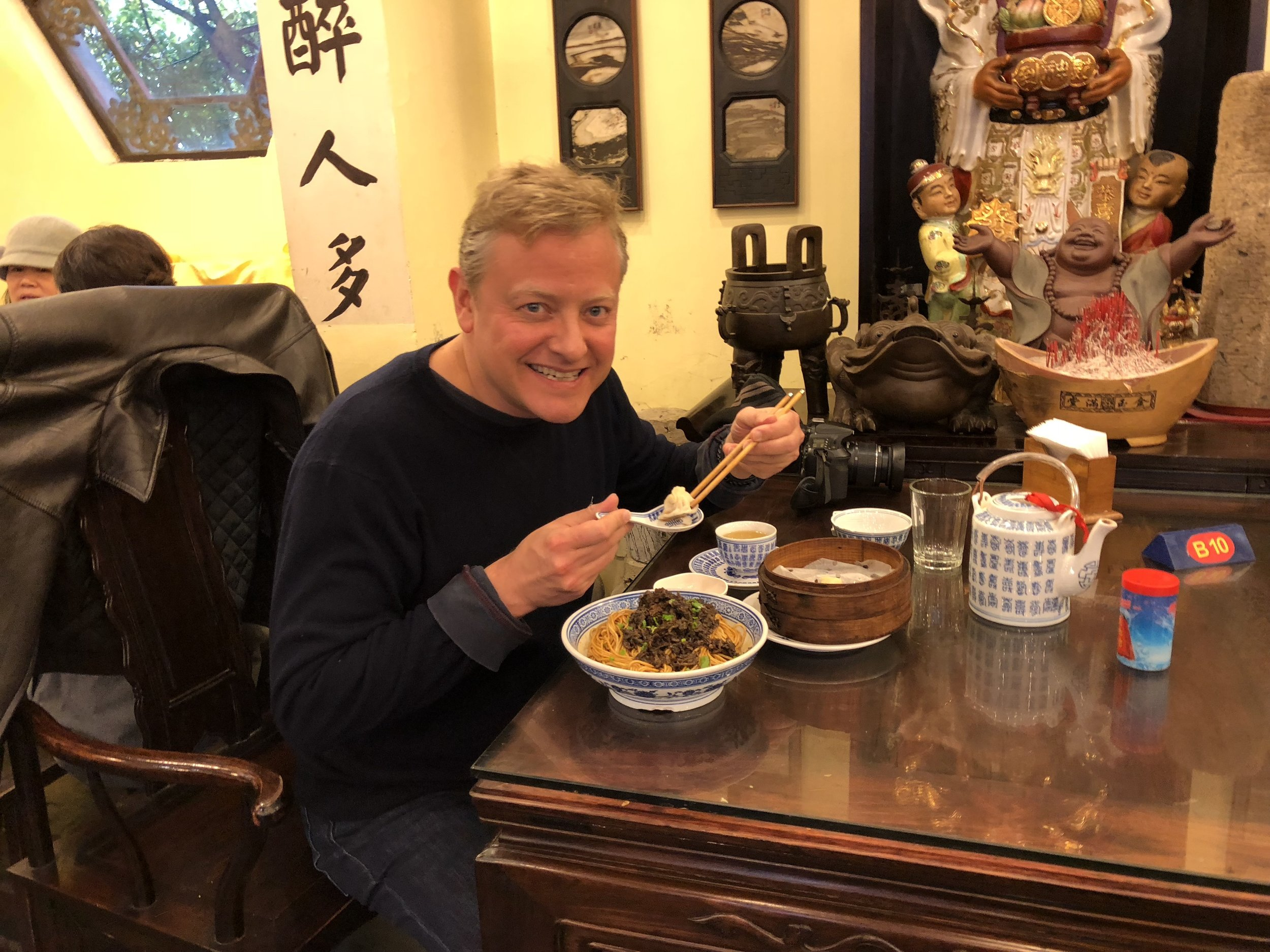 While walking around the neighborhood of the Wen Miao, I just had to stop into Kong Yi Ji 孔乙己, a restaurant that serves Old Shanghai style food.