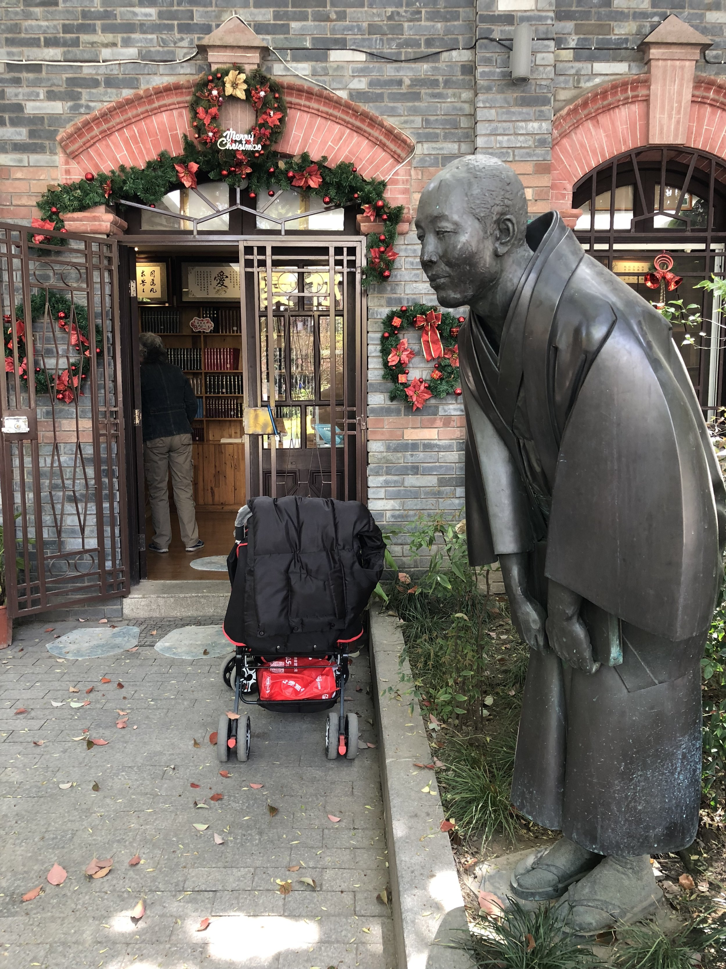 """A statue honoring the Japanese book shop owner Uchiyama Kanzo 内山完造 a good friend of Lu Xun, who is described here as a """"foreign friend to the Chinese people"""""""