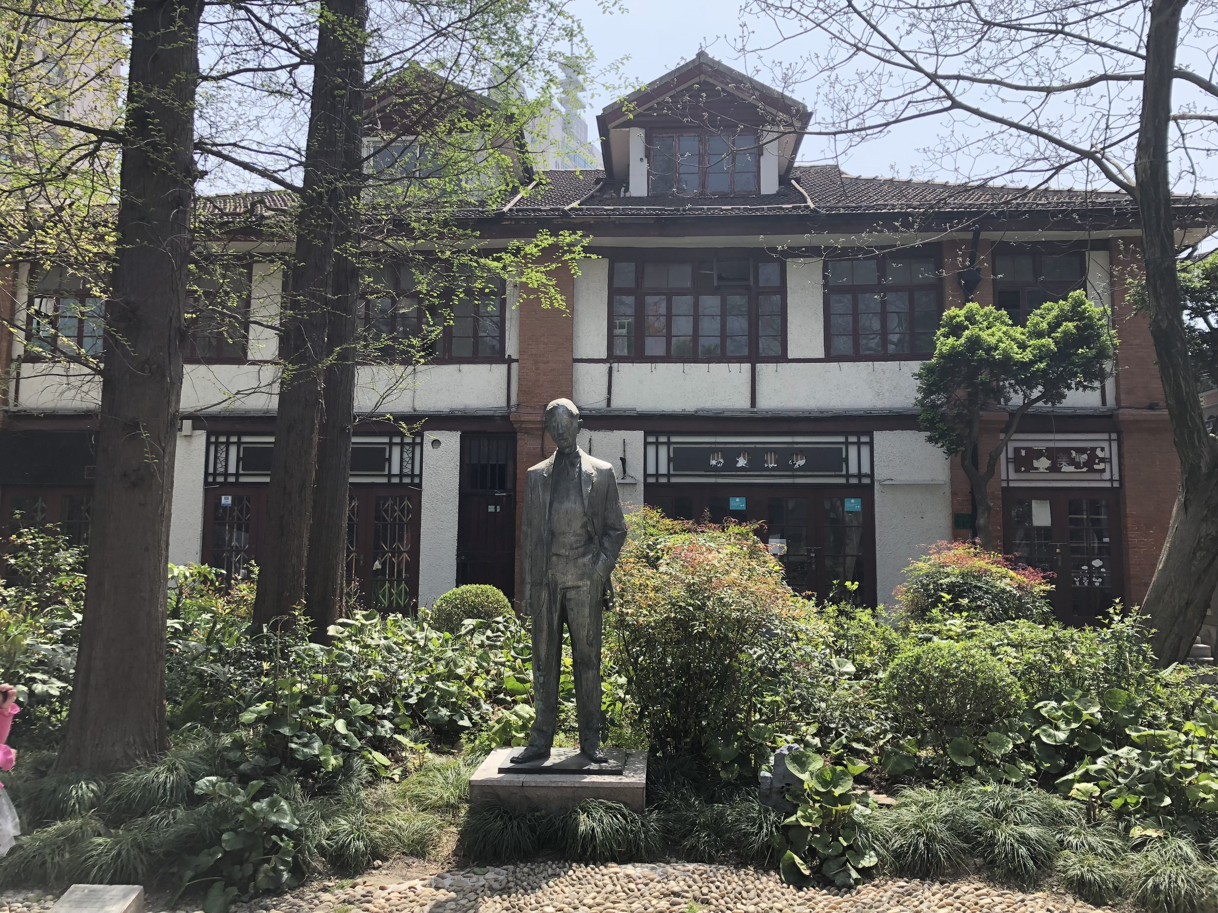 A statue on Duolun Road honoring the literary figure Mao Dun 矛盾