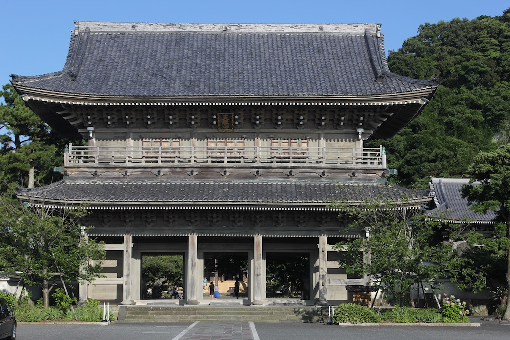 The stately and subdued main temple of Komyo-Ji in Kamakura