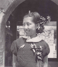 A Peking Lady from the 1930s, photo by Hedda Morrison (source:  danwei.org )