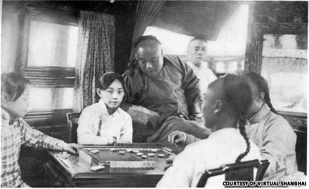 Chinese courtesans playing mahjong (Source: VirtualShanghai.net)