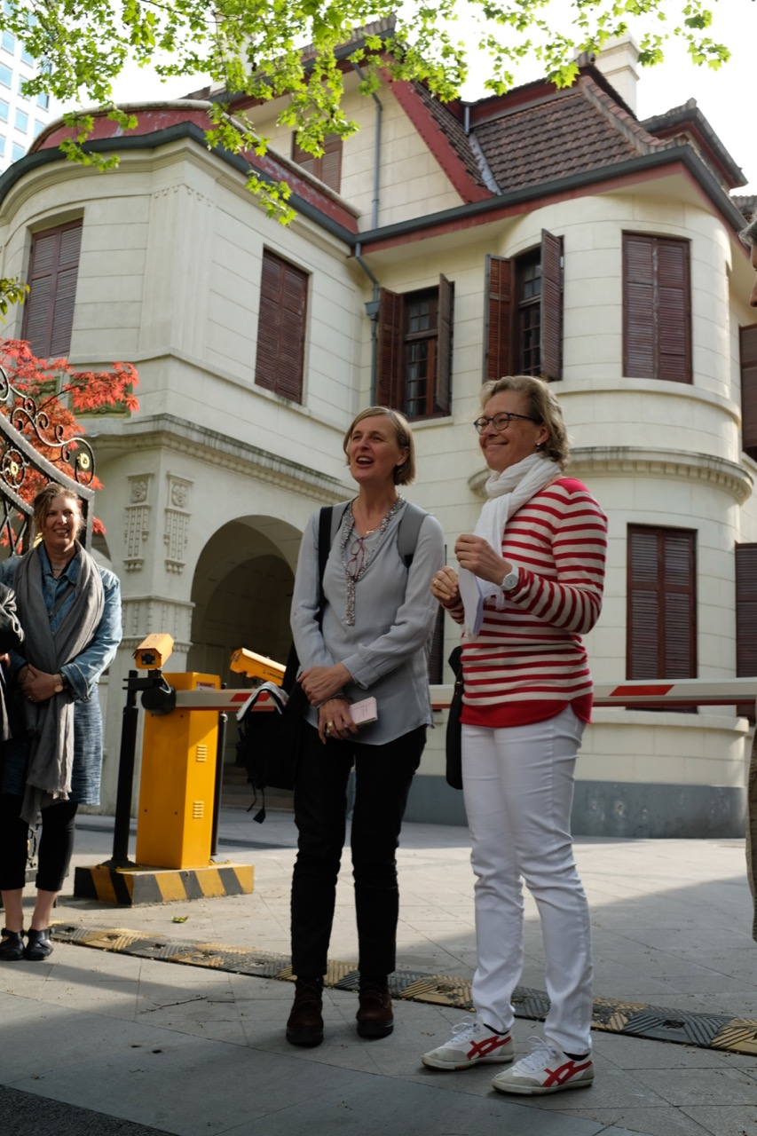 Annette introducing Maja while Katja looks on and behind them is the former home of Shi Liangcai on Tongren Road