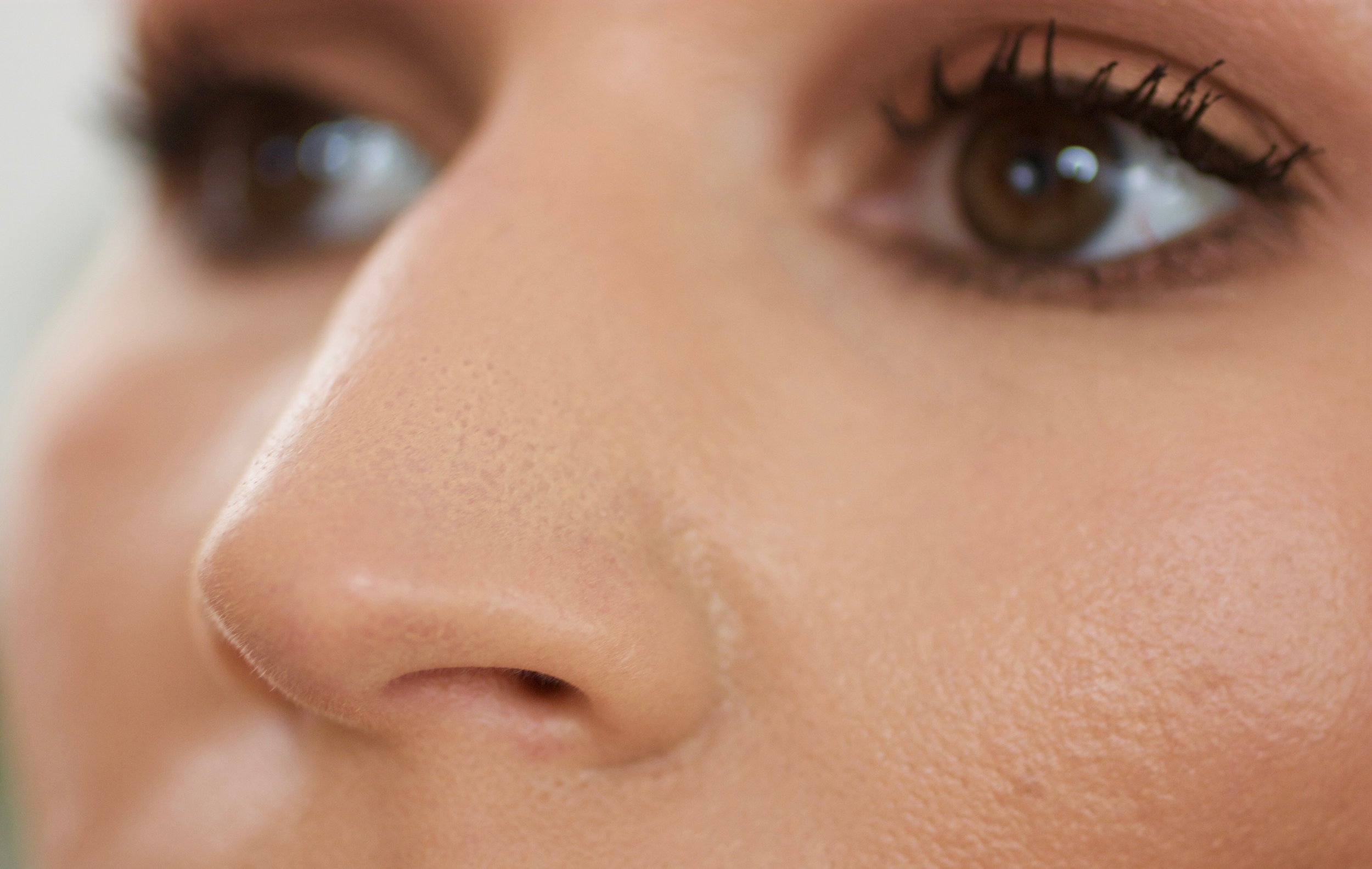 starts settling into pores in nose area within the first hour of wear