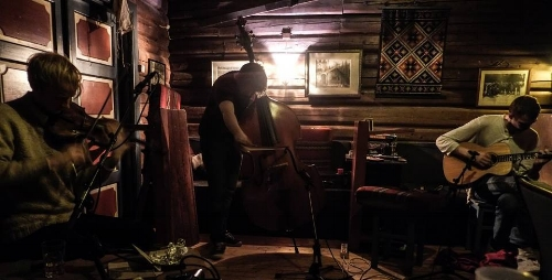 Den uforutsigbare trioen Miman, med Andreas Hoem Røysum på klarinett og gitar, Egil Kalman på modulær synthesizer og kontrabass, og underteikna på fele skal på turne nedover Europa, og vi starter festen i heimlege omgivnader på Cappelens Forslag.  Til å gjera kvelden ekstra spesiell er Marthe Lea med. Ho skal opne med eit solo-sett og spele saman med oss til slutt.  Det koster 50 kr.