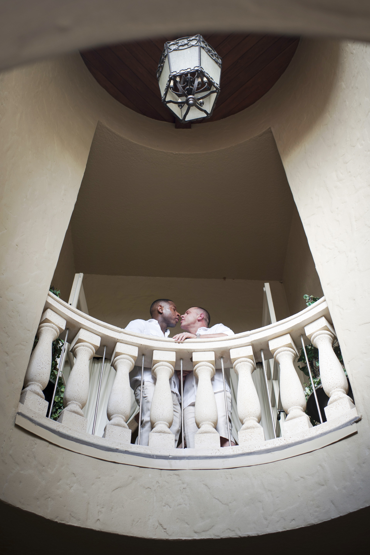 The Canovas Photography kiss on balcony
