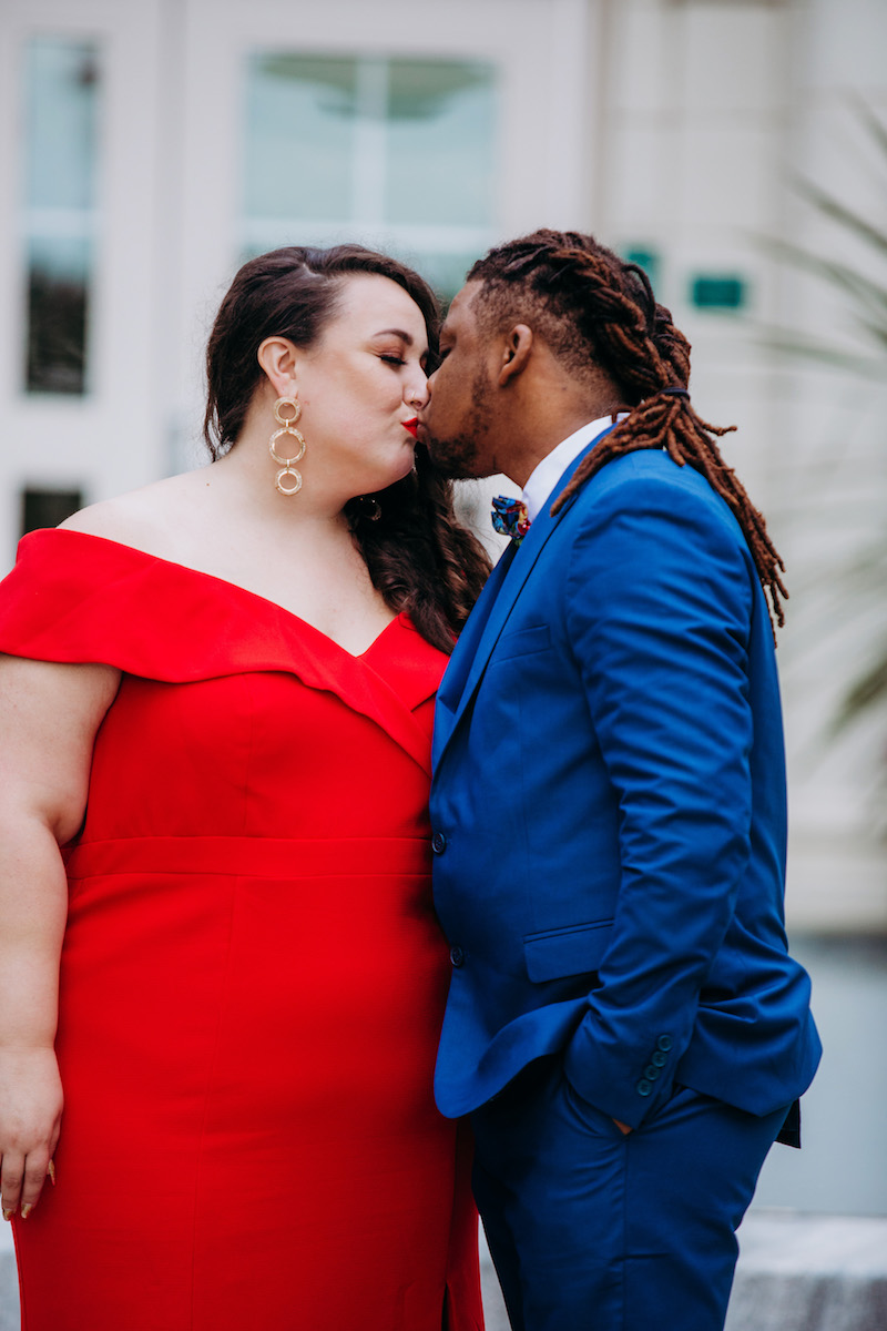 engagement photo shoot at akron art museum kiss in courtyard