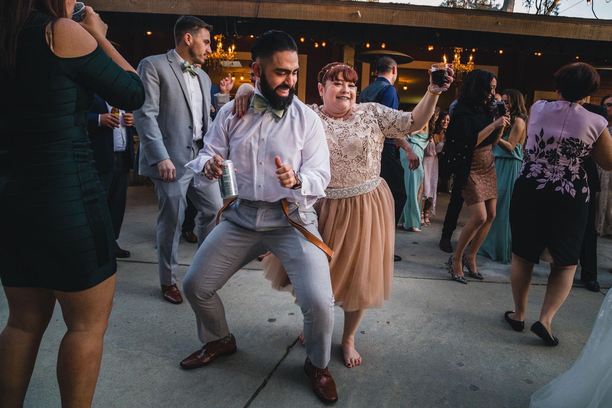 couple dancing at wedding reception los angeles rebecca y las otras photography