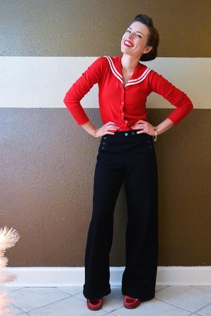 Vintage blogger Casey 身著海軍風長褲