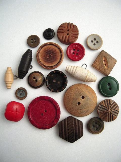 不同年代以及設計的木頭紐扣(圖片來源)