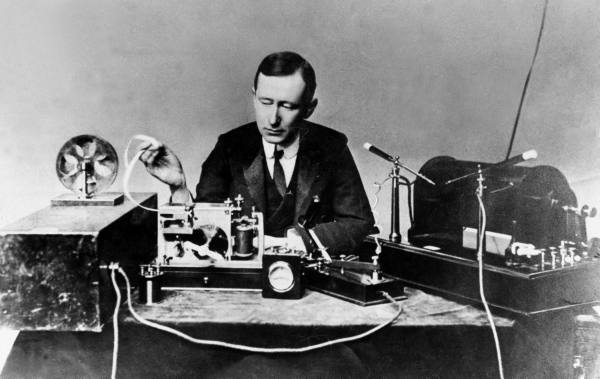 馬可尼示範無線電,1890 年代( via  Wikipedia )