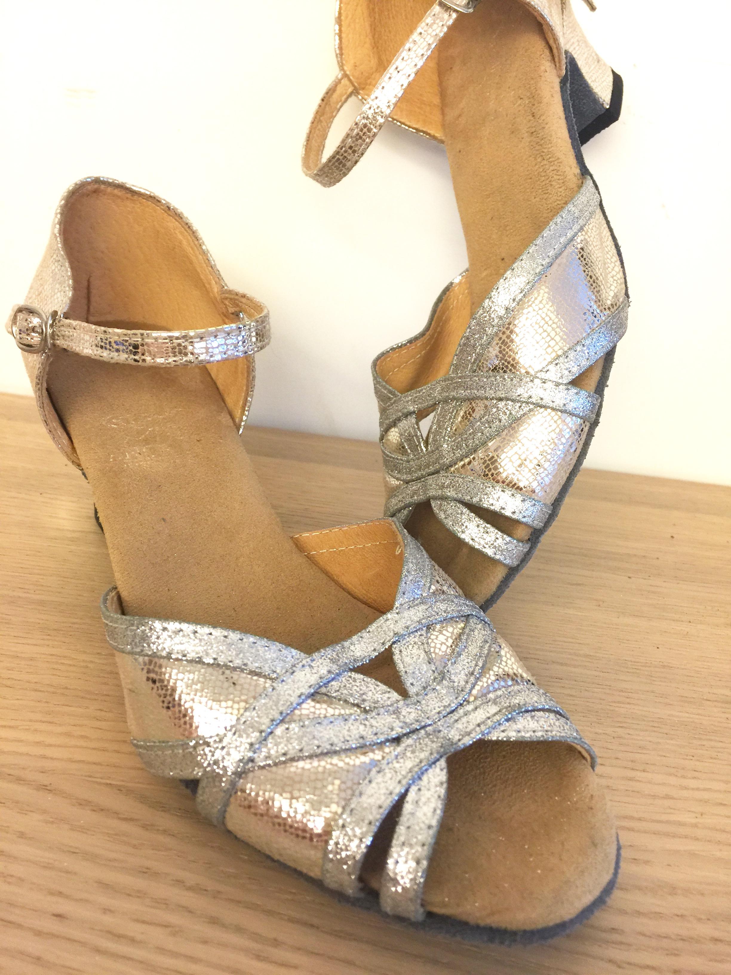 Julie 的 LBH 舞鞋