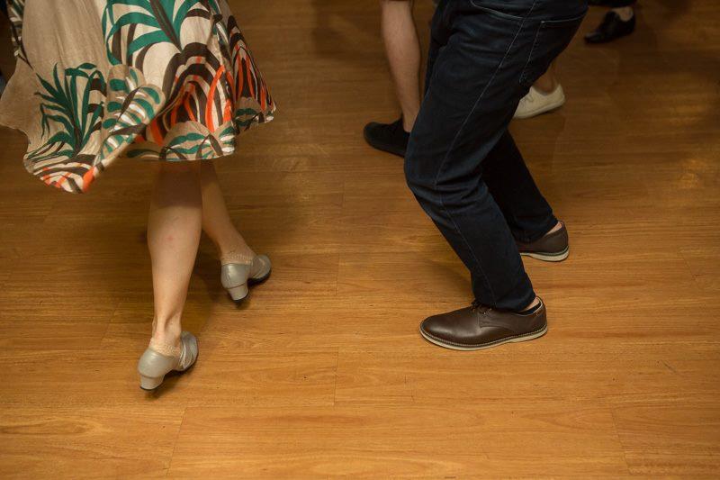 雅筑穿著舞鞋做 swivel