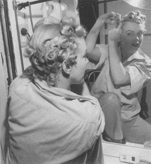 瑪麗蓮夢露自己做 pin curls( via :  The Marilynette Lounge )