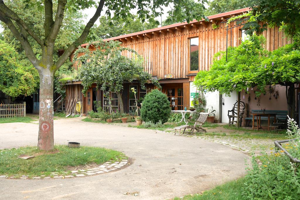 燕子屋農莊,院子的一角:樓上是志工的宿舍,樓下是蔬菜的澡堂還有冷藏室,以及有機小超商