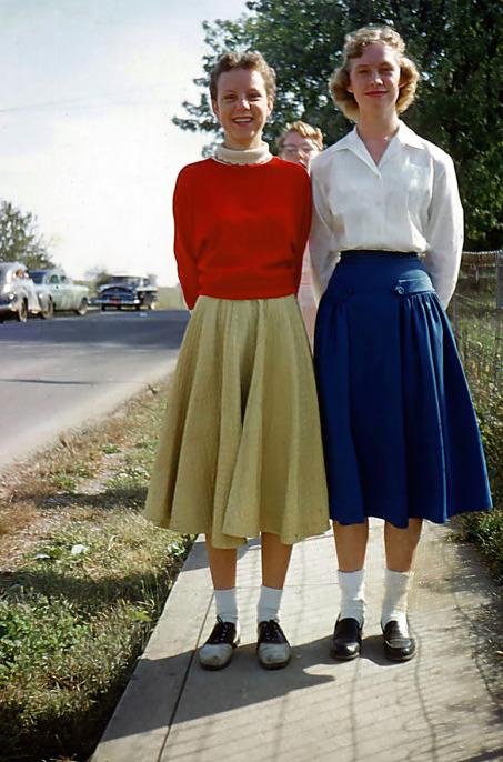 五零年代的大圓裙與短襪,左邊是馬鞍鞋,右邊是樂福鞋( via : Simple Dreams )