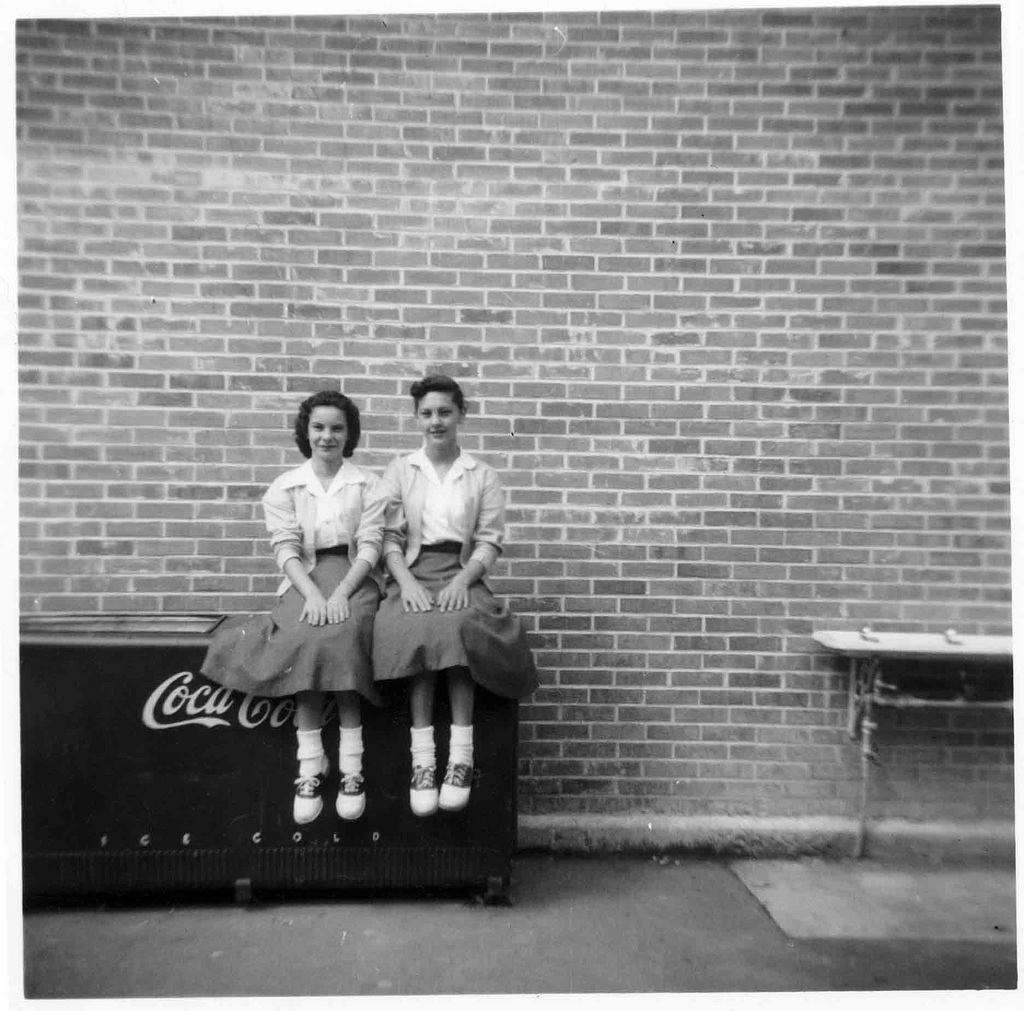 經典的五零年代裝扮:大圓裙、短襪、馬鞍鞋、以及開襟毛衣( via : Flickr )