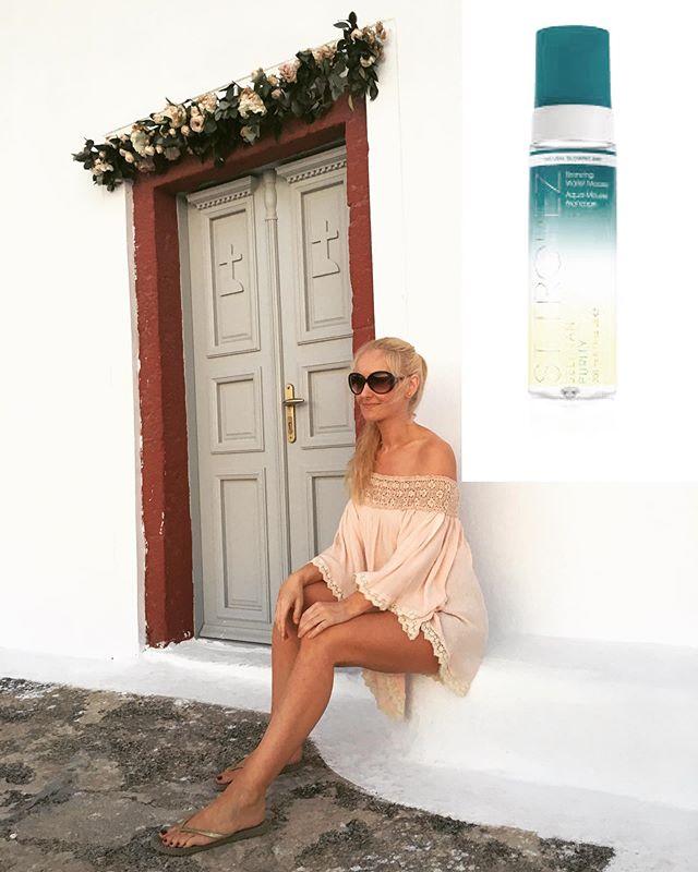 Brun uten sol😄🌴 Hudterapeutens egen favoritt på selvbruning, St.Tropez Self Tan Purity er en mousse som er lett å påføre, smitter ikke av på hvitt tøy og gir en fin farge, på bildet påførte jeg den før flyturen til Santorini og var ferdig brun ved ankomst, slik er det når en har dårlig tid 😂 Vi har denne i klinikken 👌#sttropeztan #bronzing #sun #beach #skincare #selftan #selftanning #makeuptutorial #holiday #holidaylove
