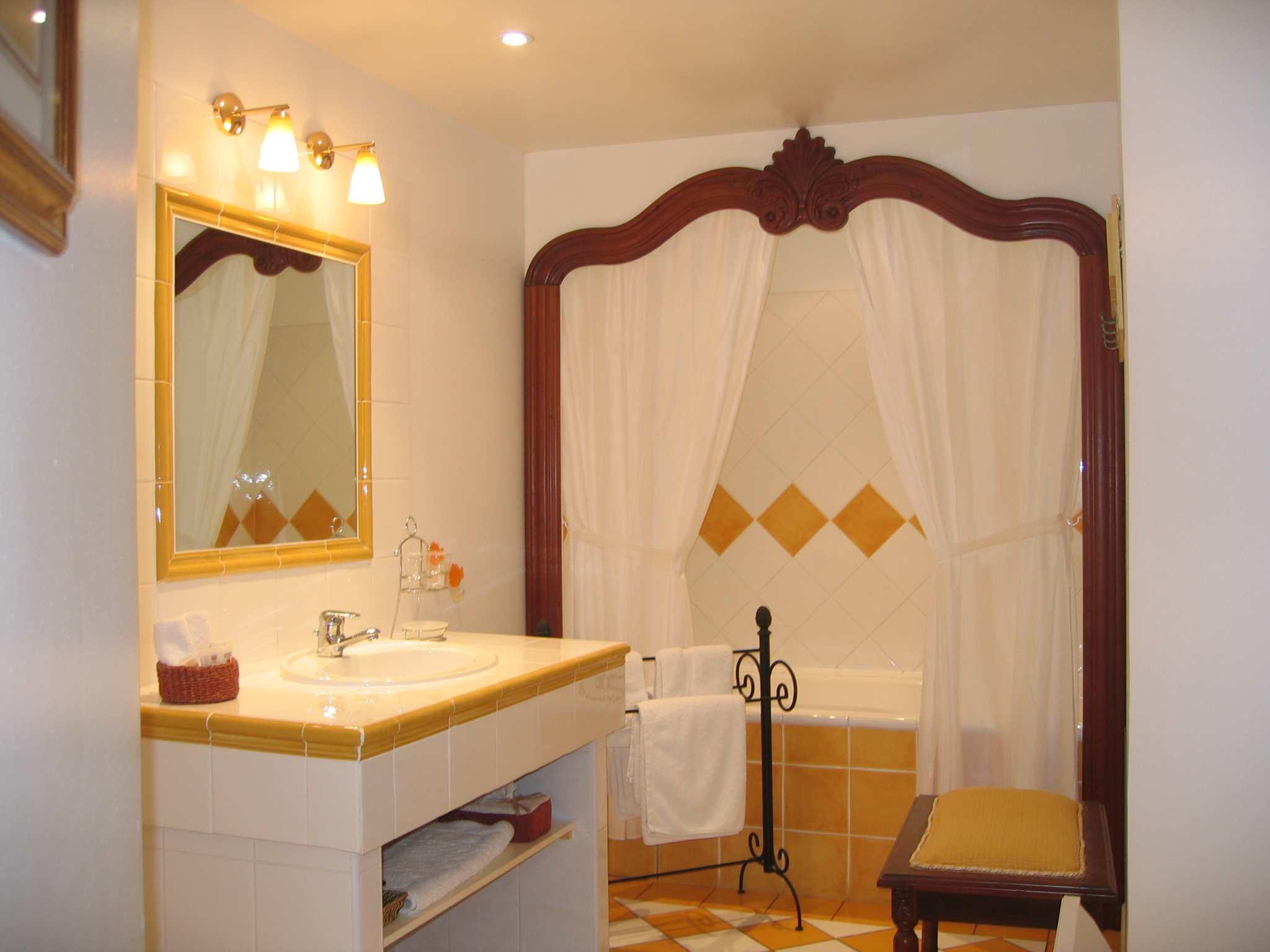 Salle de bains de la chambre Lérins avec baignoire