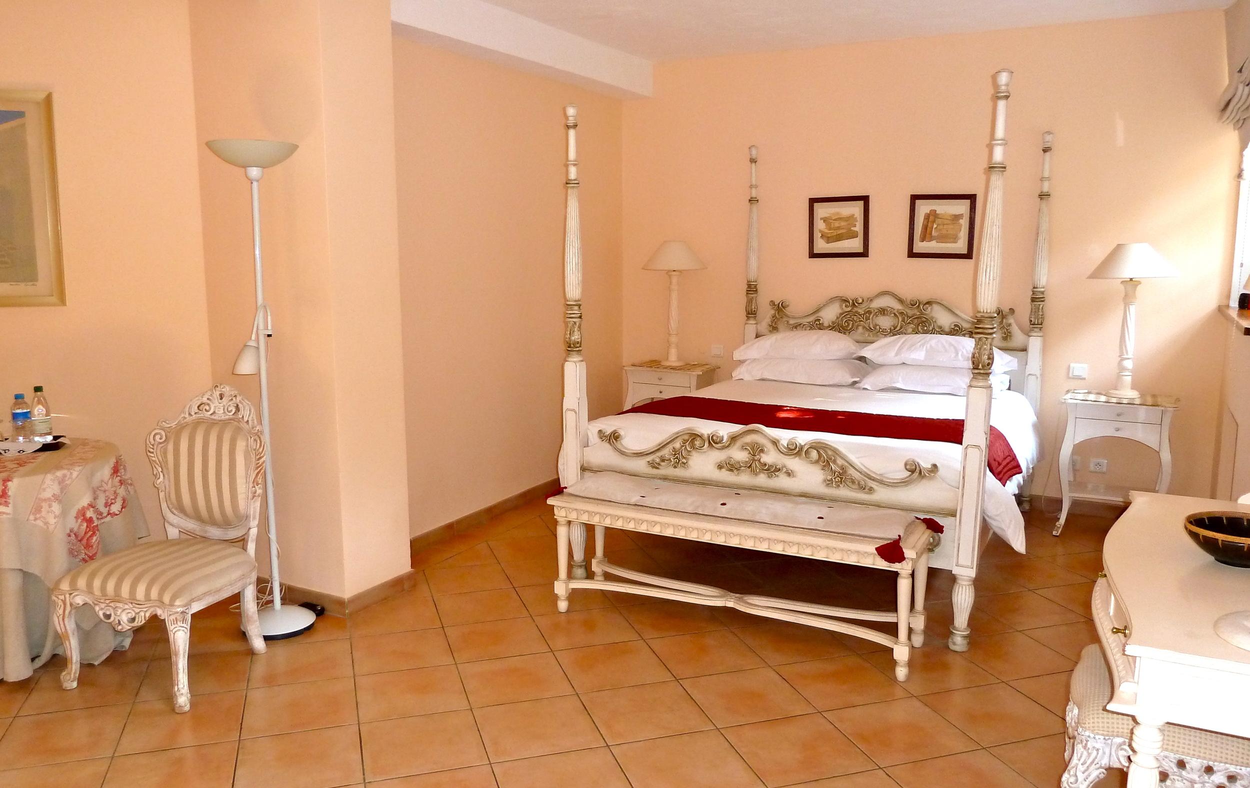 chambre double avec lit à colonnes