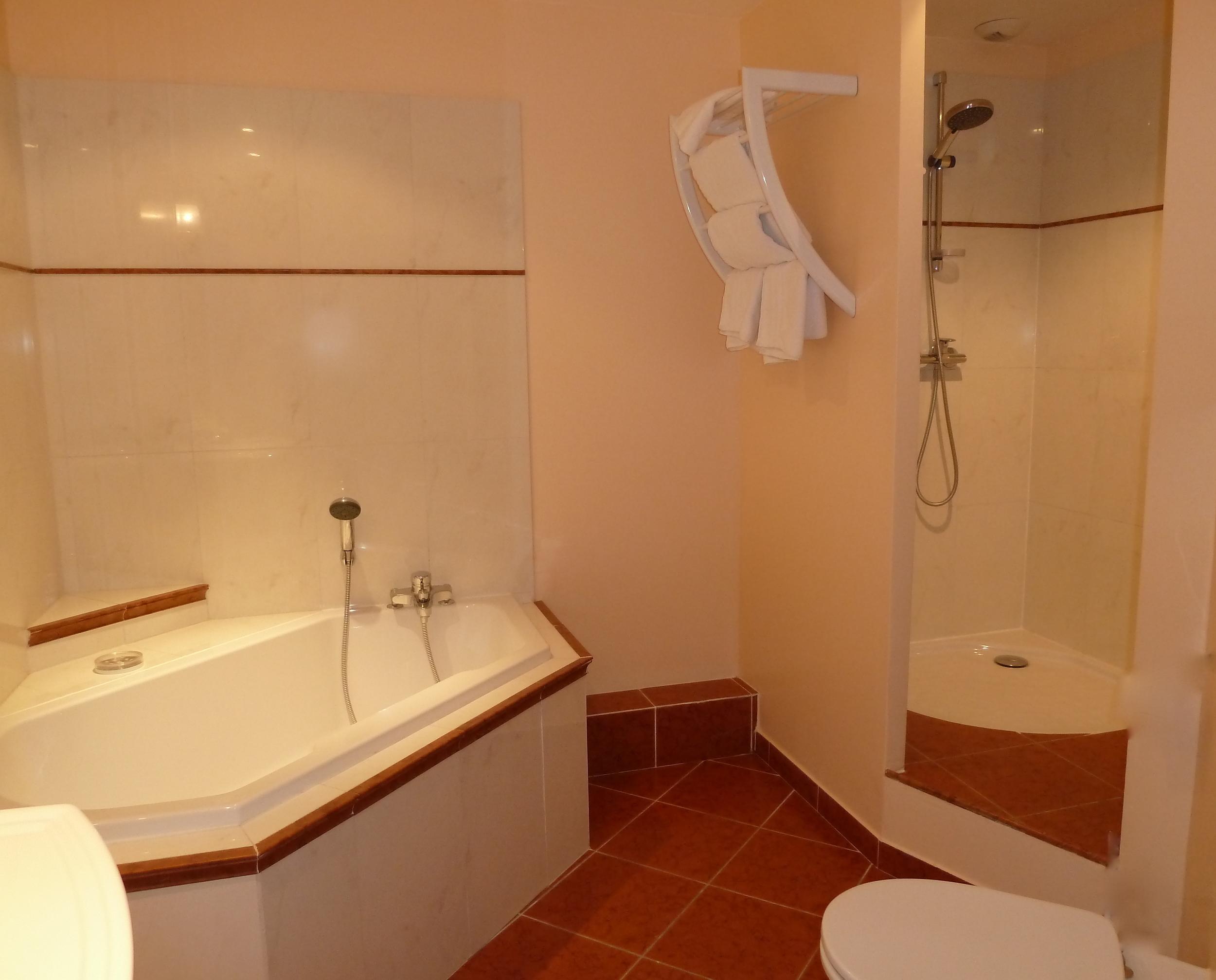 salle de bains avec baignoire et douche à italienne/bathroom with-bathtub and italian shower