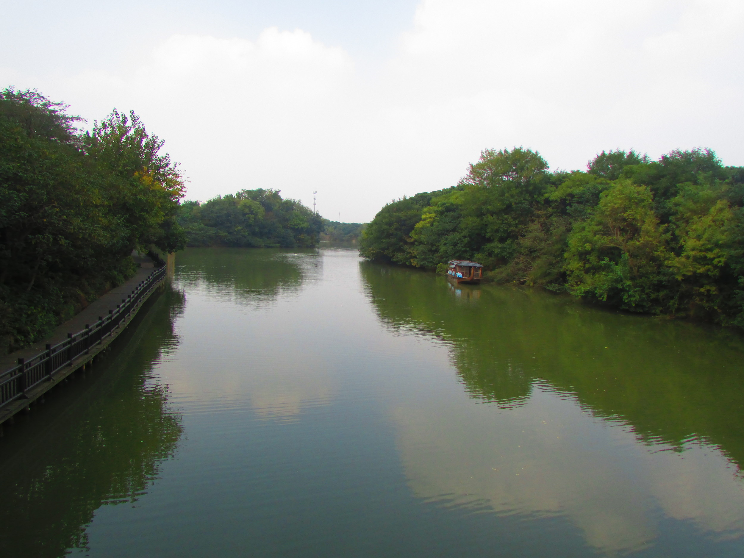 The scenic gardens inside the Yancheng park offer some excellent reflections.