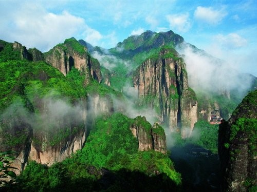 Yandang Mountain is a world geo-park located in Leqing County in the southeast of Wenzhou city. Due to frequent volcanic eruptions in ancient times, peculiar cliffs, rocks, caves, and mountain peaks were formed, making the mountain a comprehensive geographic museum.