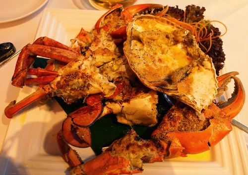 Double Tastes Crabs is a type of savory pancake cooked with crab meat and pork during both steaming and frying, leaving it with two distinct tastes, hence its name. The dish looks like a live crab.