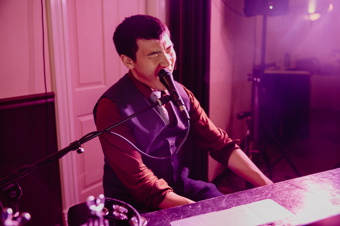 piano man singing love songs at wedding.jpg