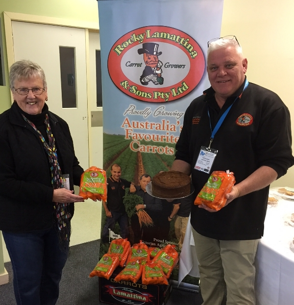 Geoff Halliwell and Robyn Johnson holding the winning carrot cake