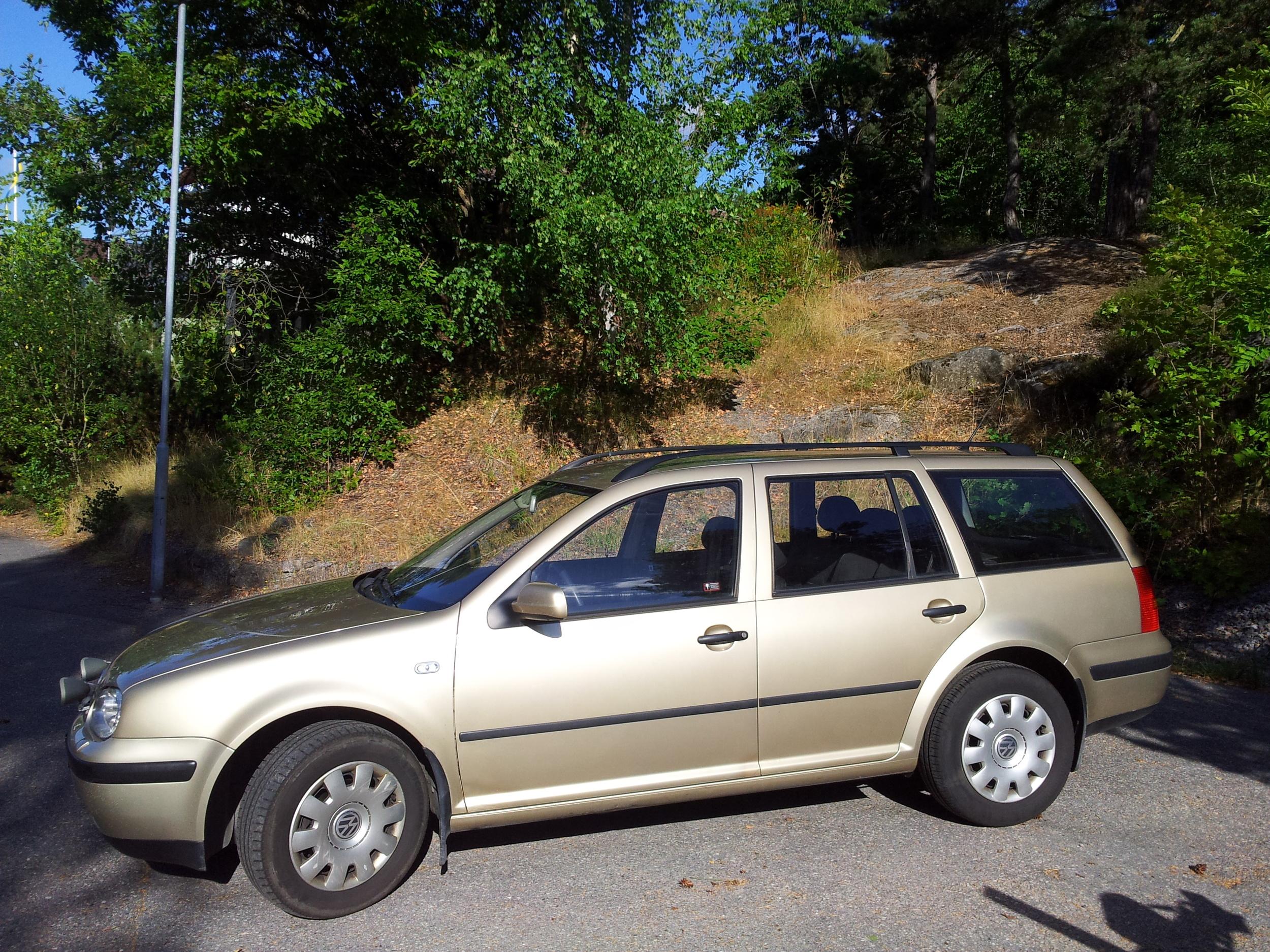Johan som är polis i Dalarna och är bra på att pruta köpte en bil åt mig på en bilfirma i Mora. Det blev en Golf som funkade alldeles utmärkt. Här är min sista bild på bilen efter åtta års användning. Den hade då gått 29 000 mil.