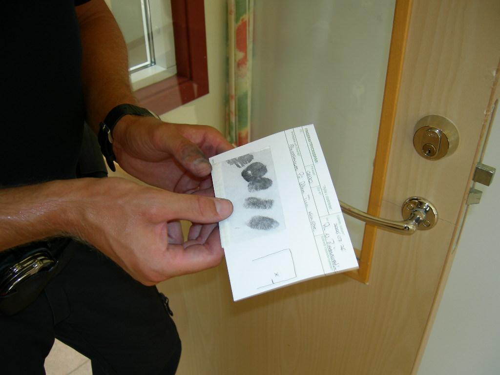 En kollega på småländska höglandet som har säkrat fingeravtryck efter ett inbrott i ett företags lokaler.