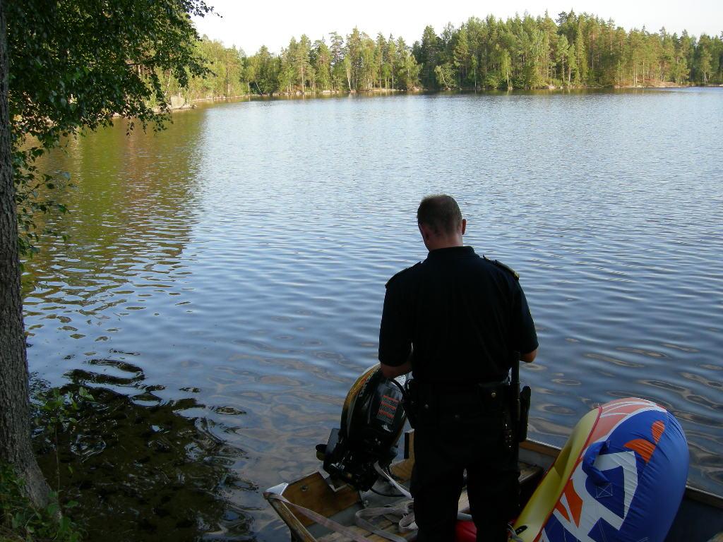 En båt i en sjö är inte så konstigt. Det konstiga i det här fallet var att någon av en slump i en liten sjö mitt i skogen i Småland upptäckte att båten nog tillhörde en de kände. Att denna båt nog blivit stulen från en annan sjö och plats långt därifrån. Tjuven måste haft en himla otur. För vad är sannolikheten för att någon skulle upptäcka den stulna båten? Vi hade att göra drygt en timme att ta oss till platsen där den misstänkt stulna båten påträffades, vilket inkluderade en längre skogspromenad. Båten visade sig vara anmäld stulen. Och vad gör man med en stulen båt.... vi kunde ju inte bära med oss den... På mindre orter blir det så kallade praktiska polisarbetet viktigt. Hur vi löste situationen förtäljer inte historien..
