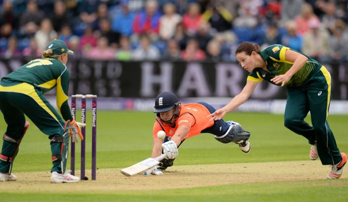 England's Katherine Brunt dives into her crease during England v Australia, Women's Ashes Series 2015, 31/8/15.  Image supplied by Daily Maverick &  Reuters/Philip Brown.