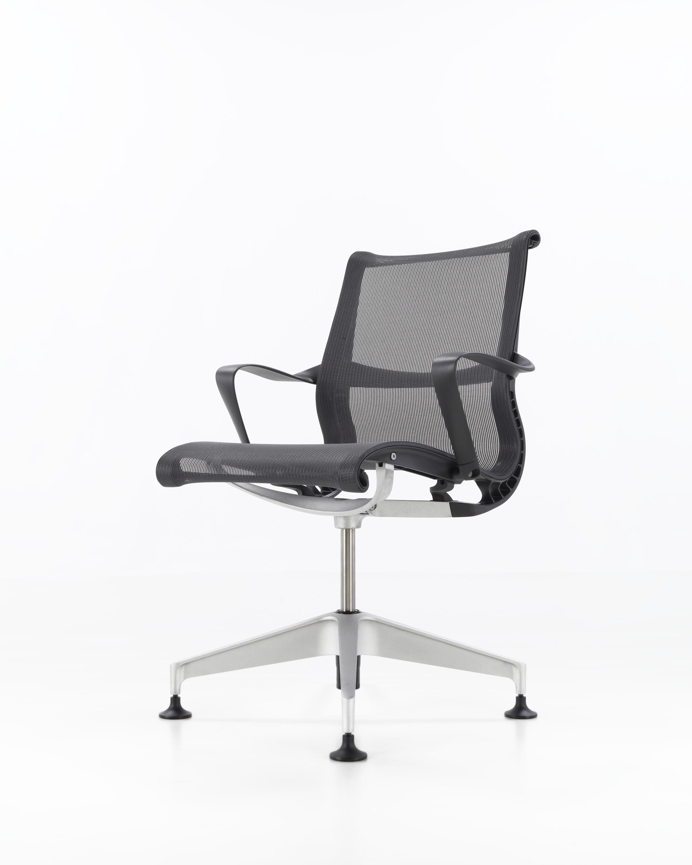 Versjon med base og detaljer i semi polert aluminium, sort ramme og armlener, sort mesh i sete og rygg.
