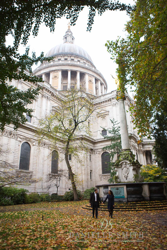 couple walking in front of st Pauls Cathedral in autumn photo shoot