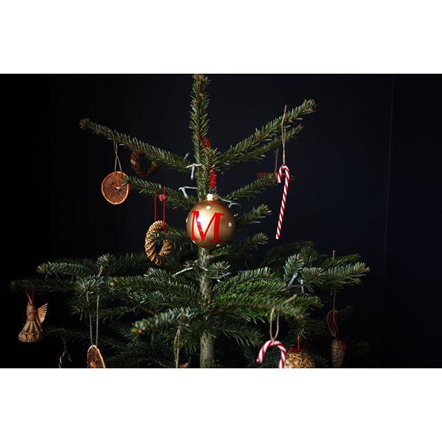 Final presents under the treeeeeee!!! 🎄 . . . #christmastree #instahome #instaspam