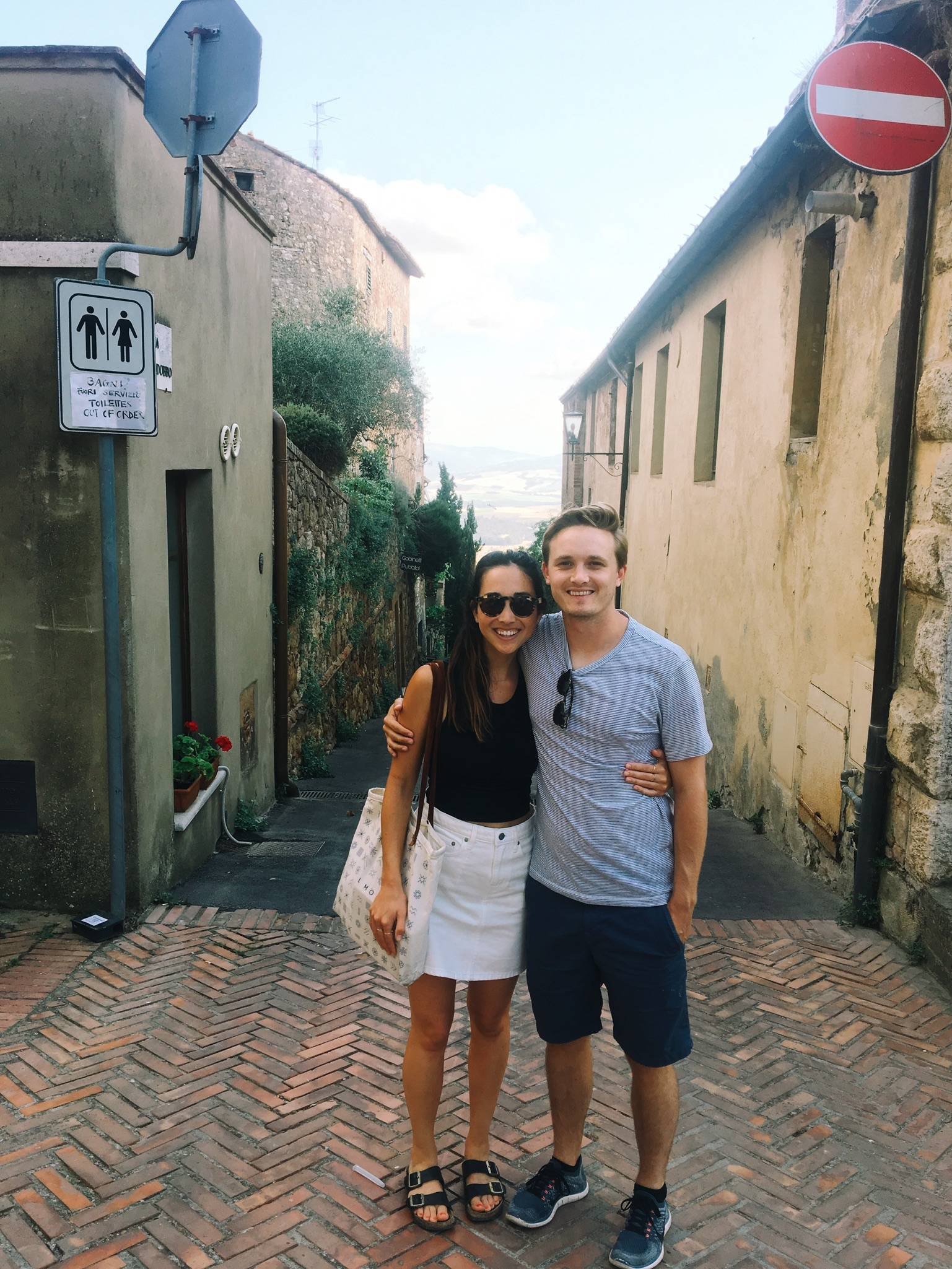 Wandering the streets of Pienza. Wearing a white denim skirt from Everlane.
