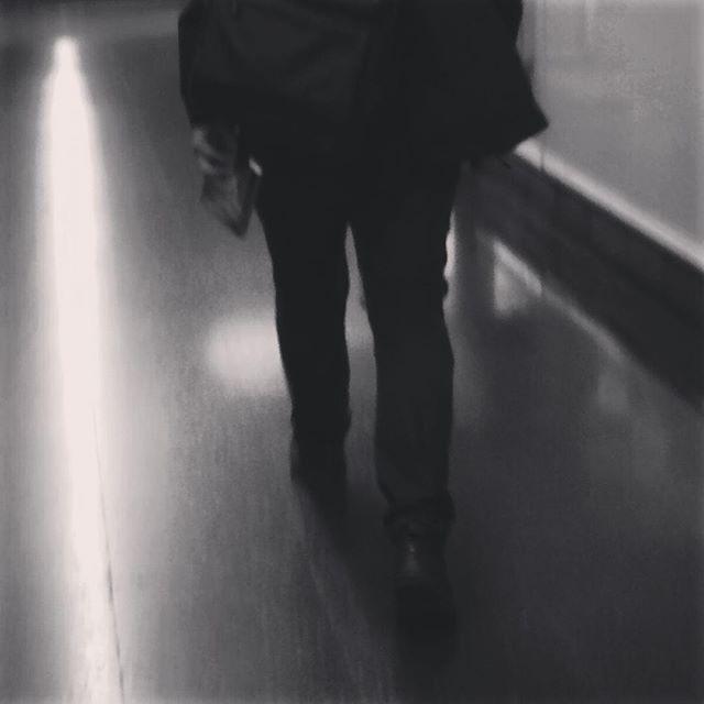 """El nombre del viento"" Patrick Rothfuss.  #leer #lectura #libros #read #reading #creatividad #metro #madrid #madridmemola #subway #peoplescreatives #readers #book #bookstagram #instabook #instaproject #love #nice #beauty #art #culture #travelgram #thepicoftheday #streetstyle #photography"