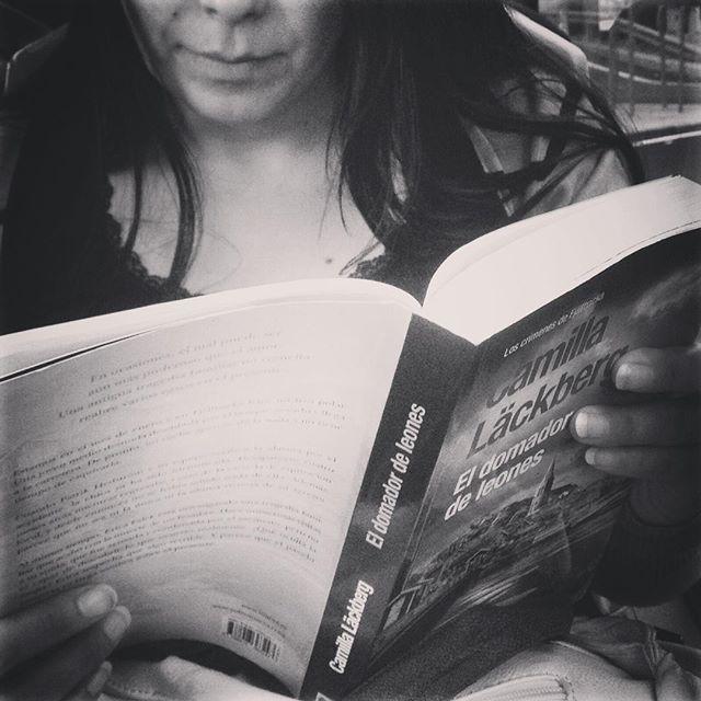 """""""El domador de leones"""" Camilla Läckberg.  #reader #blackandwhite #people #street #booktuber #bookstagram #booklover #bookaddict #travelgram #subway #metro #madridmemola #gentequelee #mujeresqueleen #photooftheday #photography #project #instagram #nice #beauty #yoleo #blancoynegro #creative #creativity #paper #lectores #lectura"""