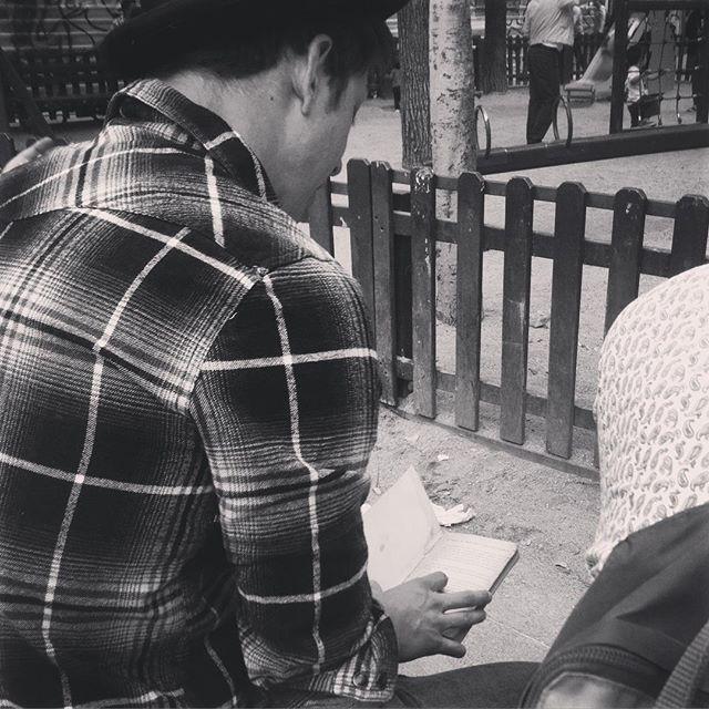 """La ratonera"" Agatha Christie.  #historias #parque #malasaña #vintage #market #dosdemayo #sunday #leer #leamonos #lectura #libros #bookstagram #instagood #picoftheday #madridmemola #madrid #cool #nice #beatufil #bookaddict #booklover #gentequelee"