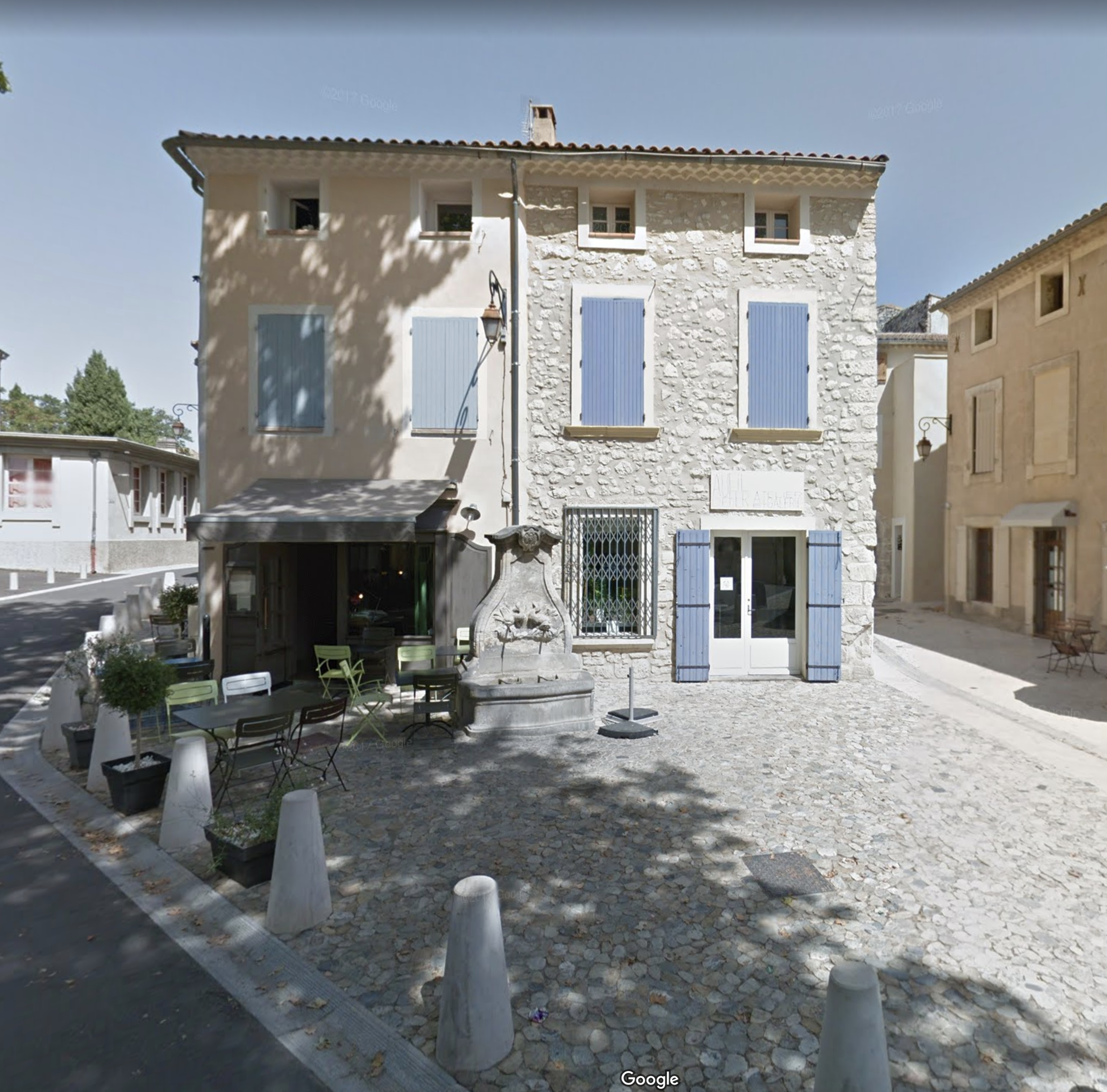 'Au Fil du Temps' in daylight. Click on the picture and link to a Google Maps 'street view' and wander around the rest of Pernes-les-Fontaines. It's a lovely town to walk through - even electronically!