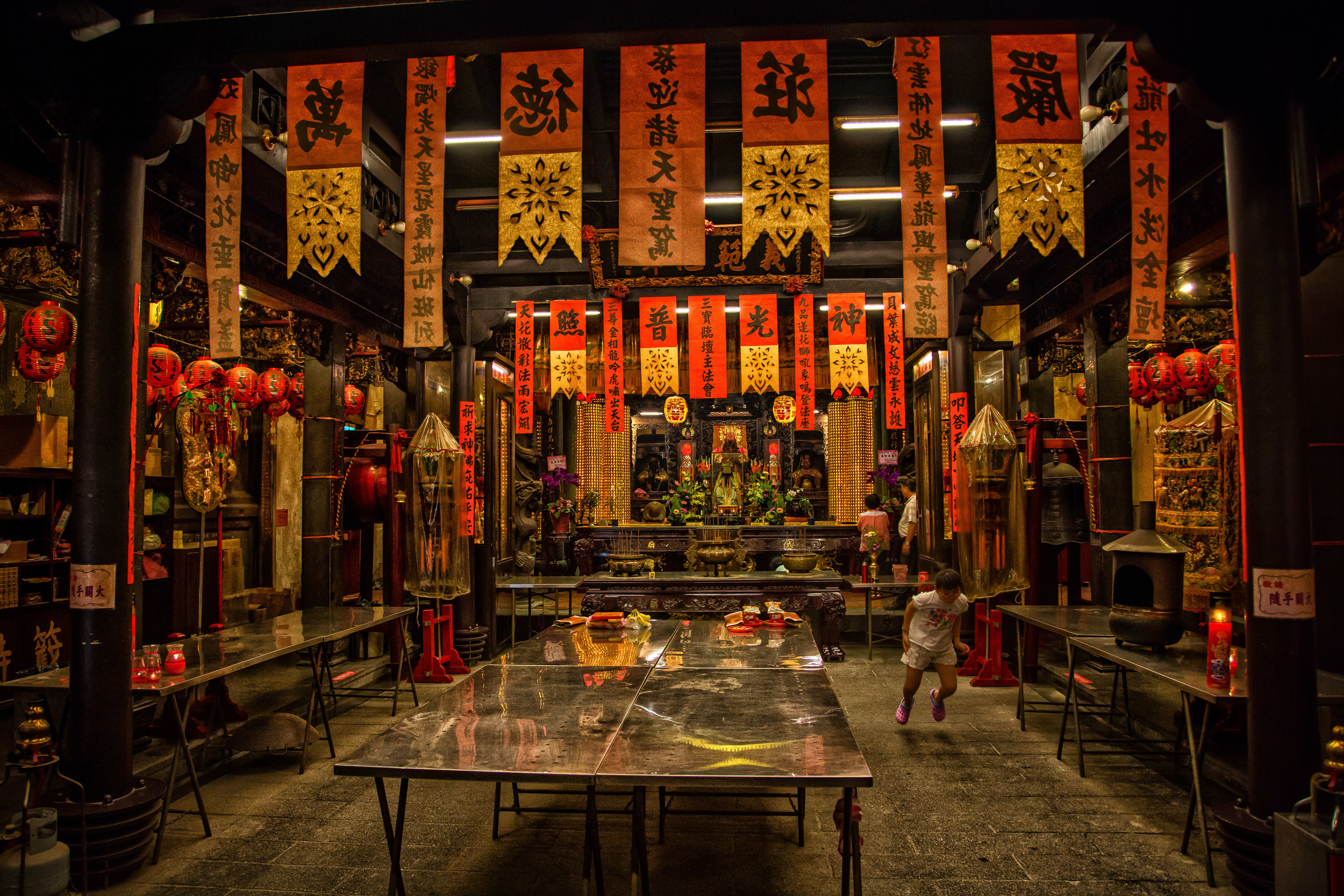 A Taiwanese child making the most of her Temple Visit