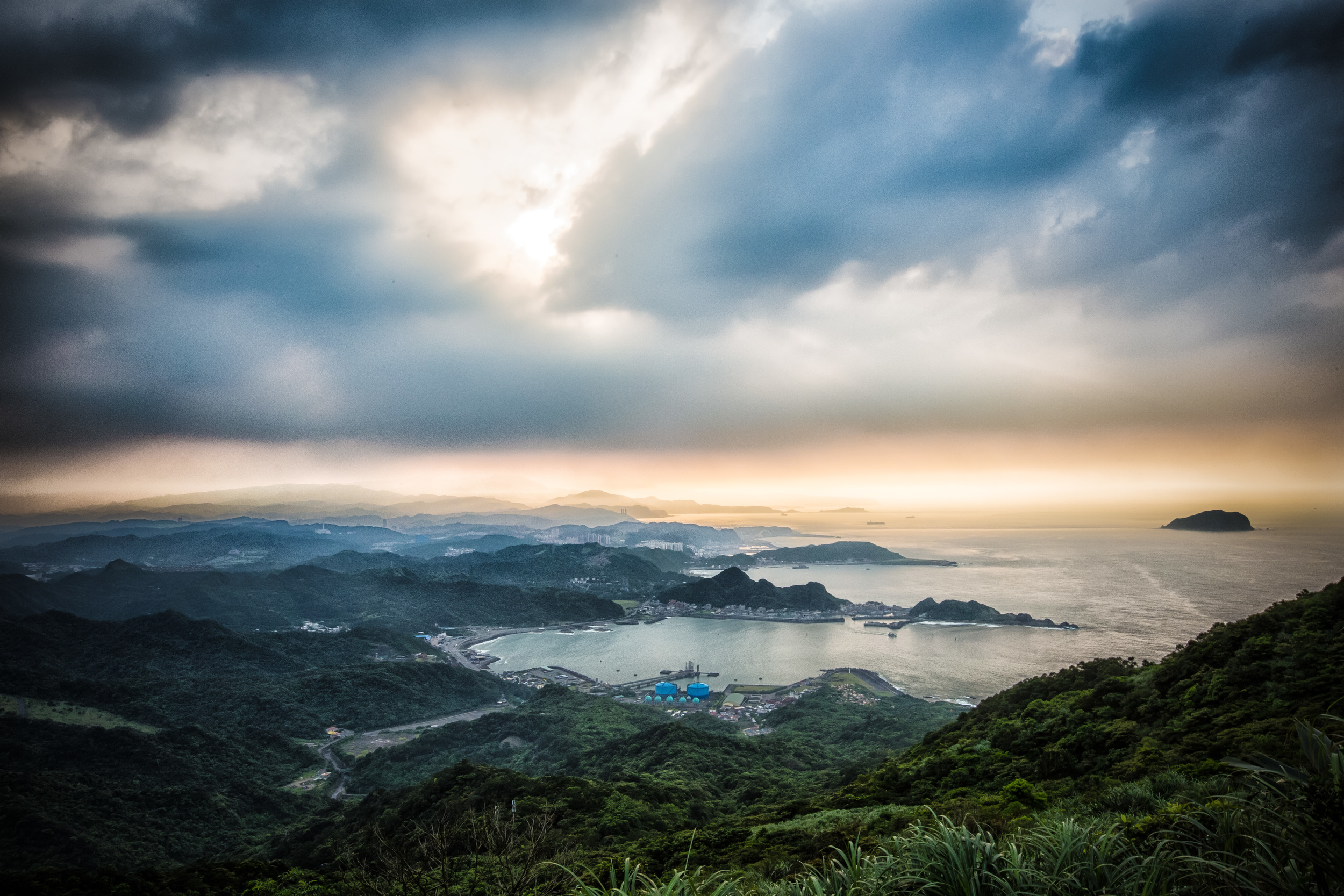 View of the north coast of Taiwan from the top of Jilong Mountain (雞籠山)