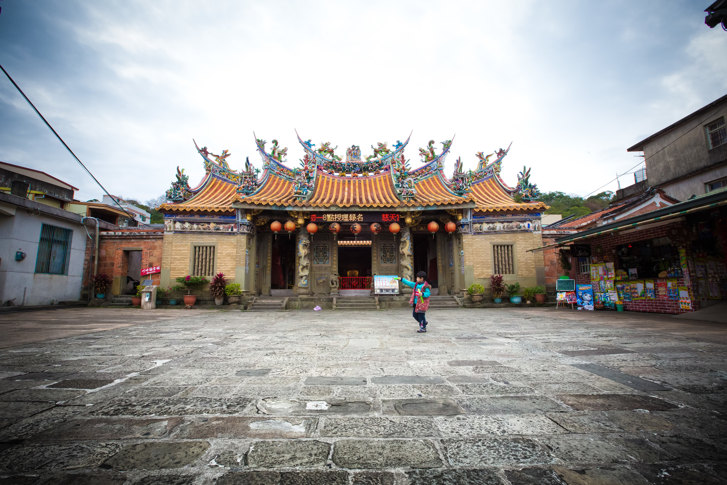 A child playing in front of Ci-Tian Temple (慈天宮)