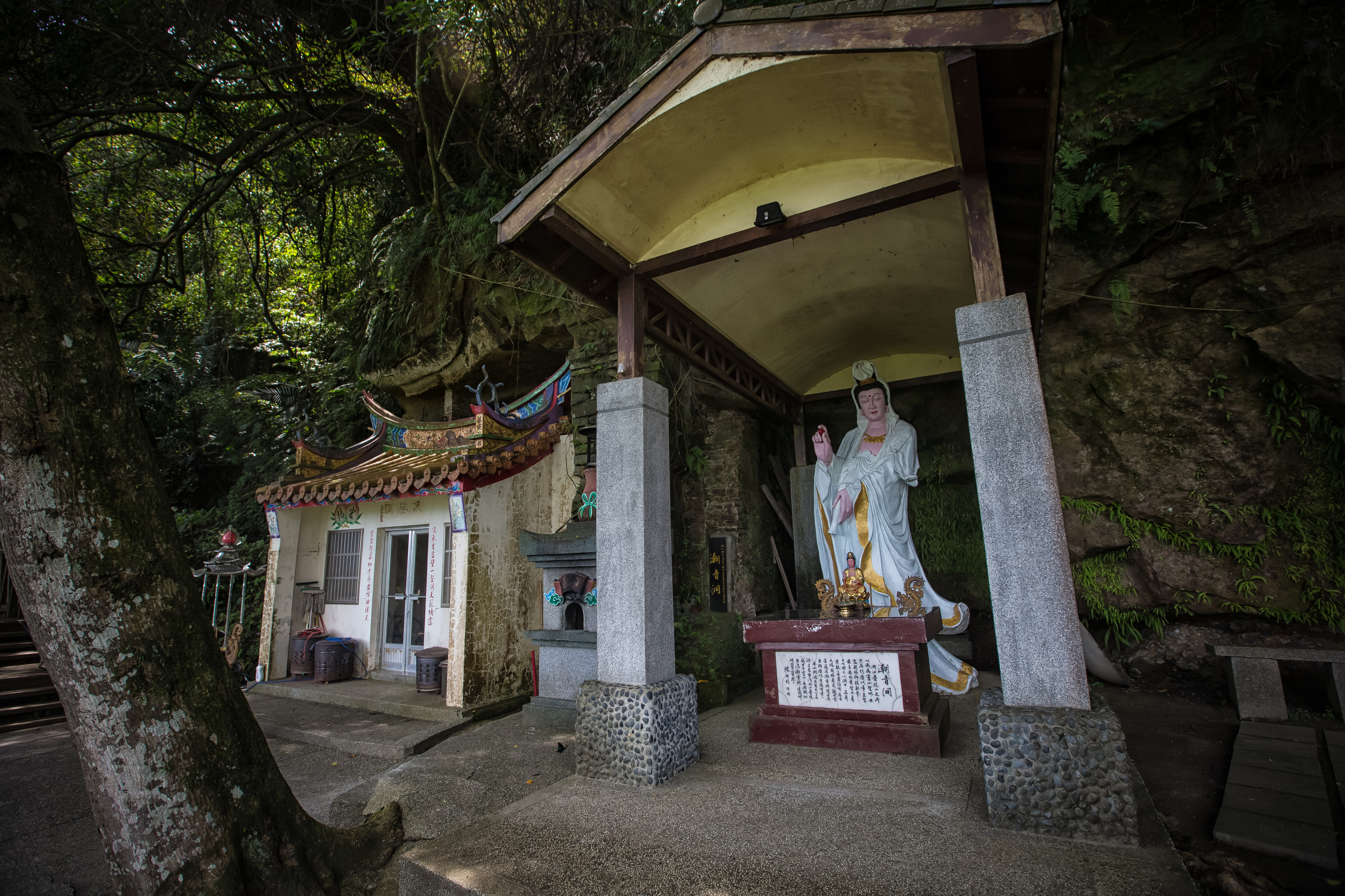 Ling Yun Cave and a strange looking statue of Guanyin (觀音)