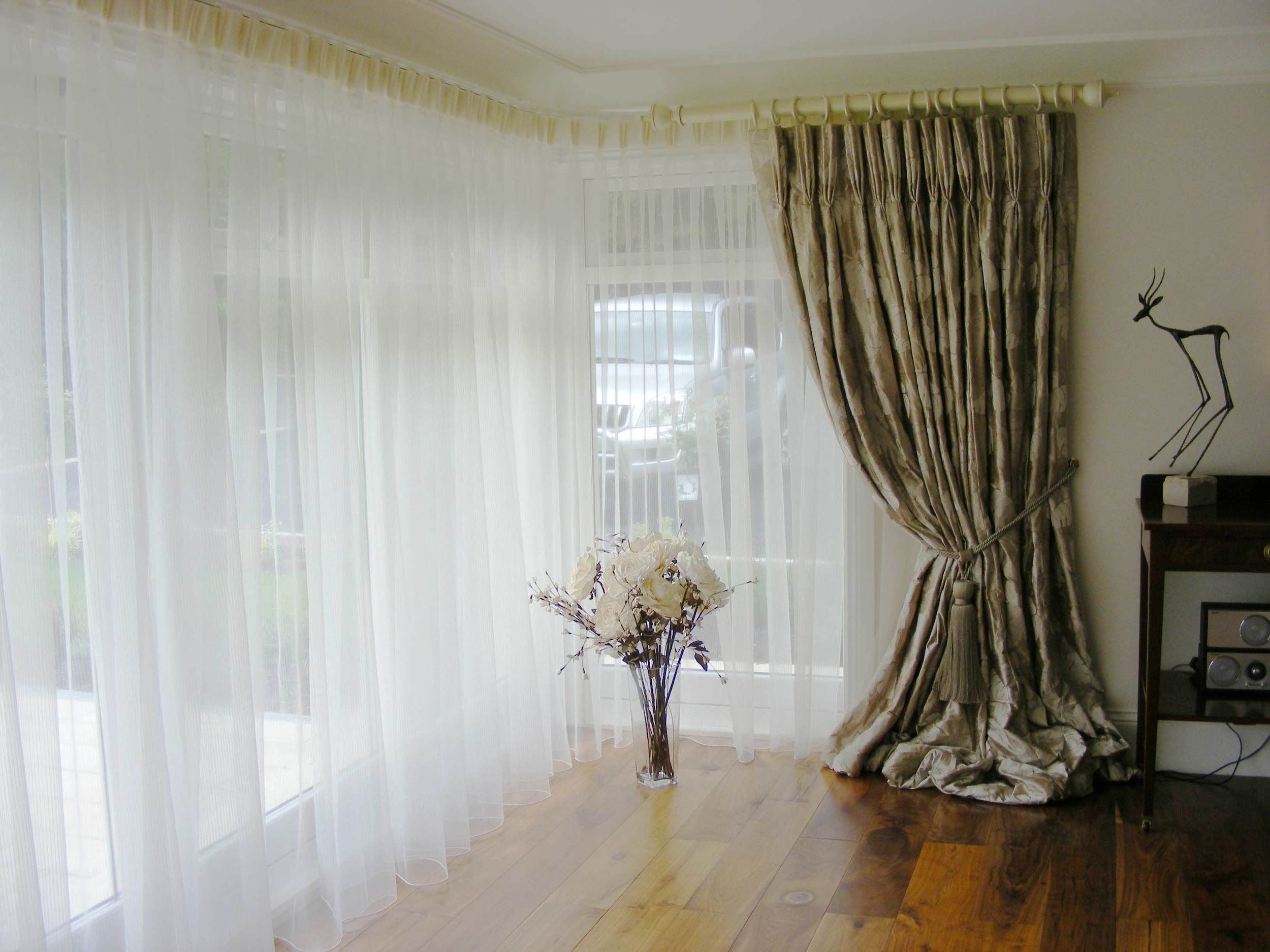 Made to measure bay window voile