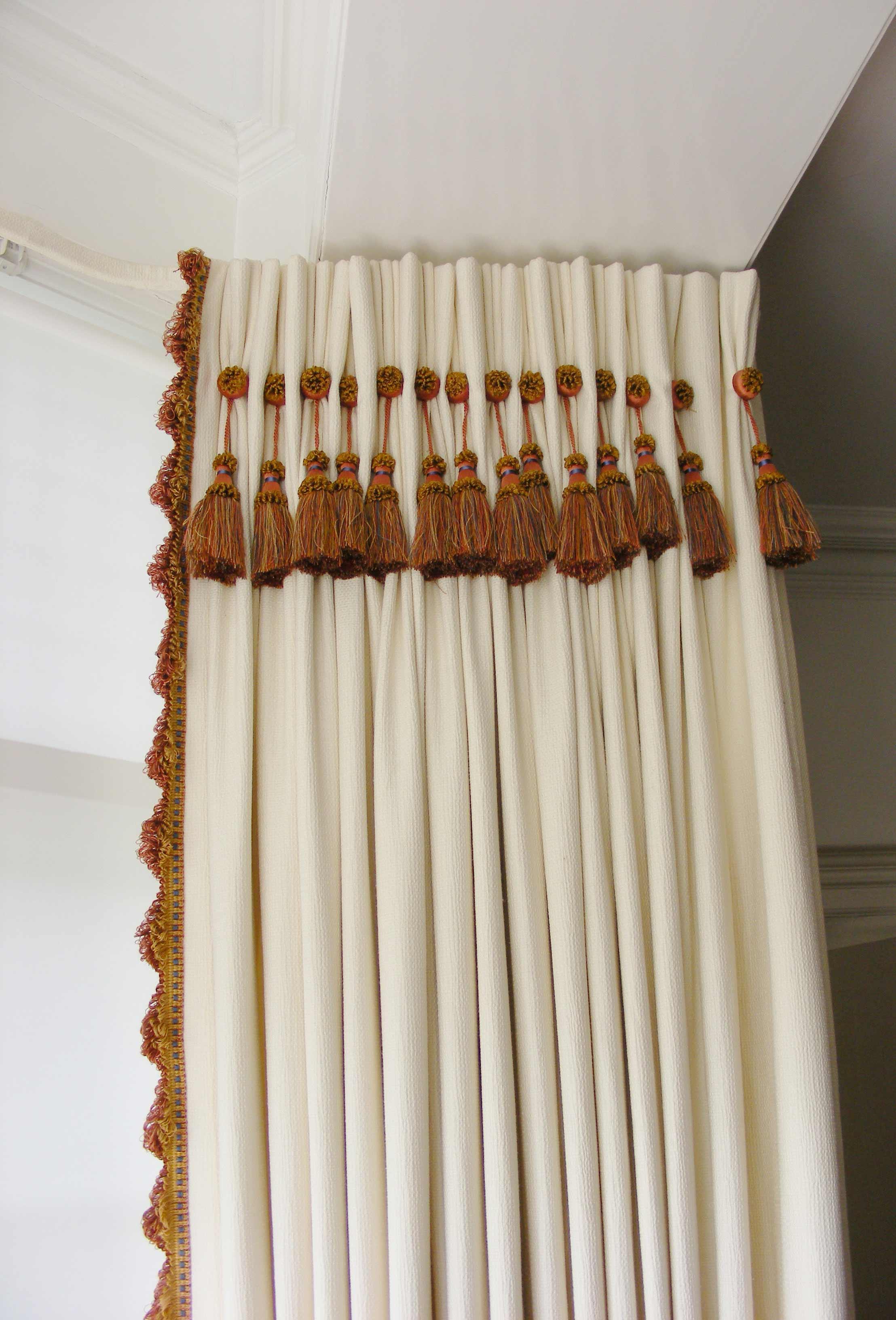 Fringe curtain on pullyrail